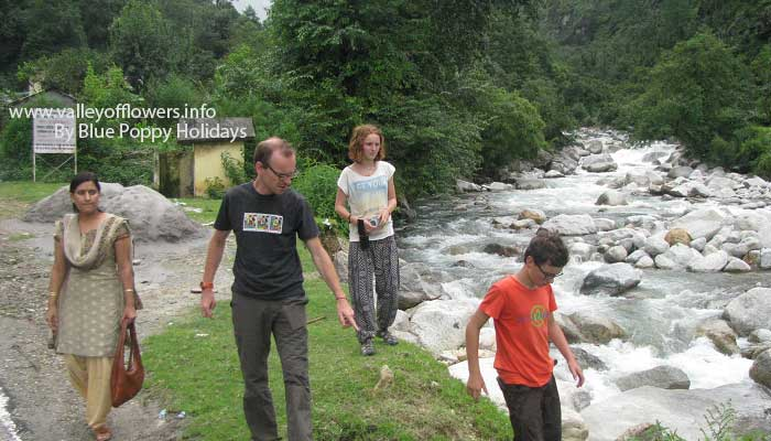 A small halt near a beautiful river on the way to Chopta.